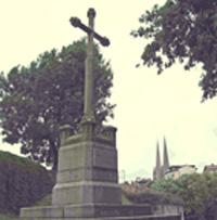 Cette croix se situe avenue de Pampelune près de la porte d'Espagne et ne doit pas être confondue avec celle de Saint Léon qui marque l'endroit où Saint Léon finit par s'arrêter portant sa tête depuis l'emplacement (la fontaine) où il avait été éxécuté et qui domine, dans un petit square, les tennis de l'Aviron Bayonnais